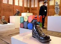 石から造形したオブジェが並ぶ「工芸の五月」の企画展会場