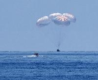 宇宙から海上に帰還した米新型宇宙船「クルードラゴン」の試験機=2020年8月(NASA/Bill Ingalls提供)