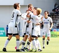 北九州―松本山雅 後半38分、勝ち越しゴールを決めた鈴木(中央)を祝福する松本山雅の選手たち。左はアシストした戸島。