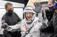 米宇宙船クルードラゴン1号機から下船し、笑顔を見せる野口聡一飛行士=2日、米南部フロリダ州沖のメキシコ湾(NASA/Bill Ingalls)