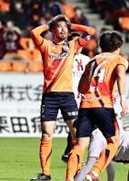 AC長野―福島 後半、ゴールに迫りながらも得点を奪うことができず頭を抱えるAC長野の広瀬