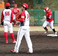 九回福島2死二塁、大泉(右)に左越え本塁打を浴びて肩を落とす信濃の佐々木(中央)