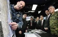 米空母ロナルド・レーガンを訪問し、救援活動についての説明を受ける折木良一統合幕僚長(右)、北沢防衛相(同3人目)とルース駐日米大使(同2人目)=2011年4月、三陸沖