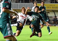 松本山雅―磐田 後半、磐田と激しくボールを奪い合う松本山雅の多々良(中央右)