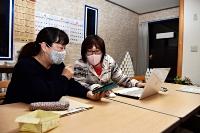 曽根原さん(右)から話を聞く「諏訪圏域子ども応援プラットフォーム」のメンバー=4月20日、岡谷市