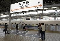 ゴールデンウイーク最終日、人影まばらな新幹線ホーム=5日午前、JR新大阪駅