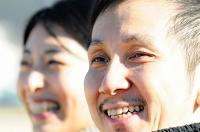 公園で遊ぶ子ども2人の様子を眺める盛田大介さん(右)、妙子さん夫婦=松本市
