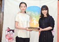 恒例のプレゼント交換をする清原果耶さん(左)と杉咲花さん=6日、東京都渋谷区のNHK放送センター