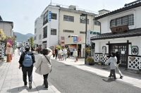観光客らが行き交う松本市中心市街地の中町通り=4日午前11時すぎ