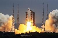中国海南省の発射場から打ち上げられる大型ロケット「長征5号B」=4月(新華社=共同)