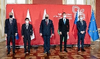 東欧4カ国の外相と、記念撮影に応じる茂木外相(左から2人目)=7日、ポーランド(外務省提供)