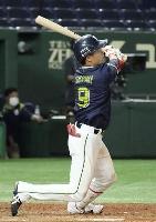 8回ヤクルト1死、塩見が左越えに本塁打を放つ=東京ドーム