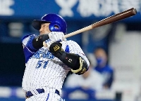 4回DeNA無死満塁、宮崎が中前に逆転2点打を放つ=横浜