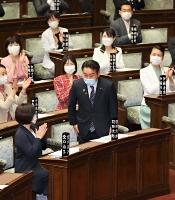 本会議の冒頭で紹介される羽田次郎氏(中央)=7日、参院本会議場