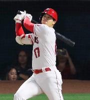 ドジャース戦の5回、左へ適時二塁打を放つエンゼルス・大谷=アナハイム(共同)