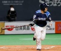 1回日本ハム1死二塁、近藤が左中間に先制二塁打を放つ=札幌ドーム