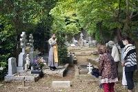 横浜市中区の外国人墓地で開かれたバレリーナ、エリアナ・パブロバの追悼行事=8日午後