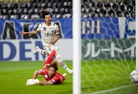 G大阪―川崎 後半、ゴールを決める川崎・三笘(奥)=パナスタ