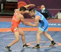 男子グレコローマン67キロ級2回戦 メキシコ選手(左)と対戦する高橋昭五=ソフィア(日本レスリング協会提供)