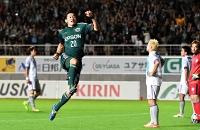 松本山雅-福岡 後半29分、プロ初得点となる勝ち越しゴールを決めて喜ぶ松本山雅・山本
