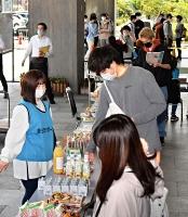 食料を受け取る学生たち