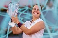 マドリード・オープンで優勝し、トロフィーを掲げるアリーナ・サバレンカ=8日、マドリード(AP=共同)