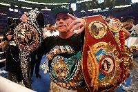 ビリージョー・サンダースとの統一戦を制し、3団体のチャンピオンベルトを掲げるスーパーミドル級世界王者のサウル・アルバレス=8日、アーリントン(AP=共同)
