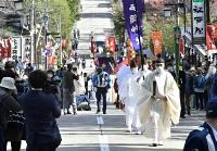 沿道で人々が見守る中、行われた渡御の儀=9日午後3時16分、長野市戸隠