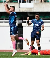 神戸製鋼に勝利し喜ぶクボタ・立川(右)ら=静岡スタジアム
