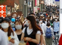 マスク姿で東京・表参道を歩く人たち=9日午後
