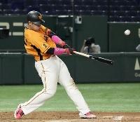 8回巨人無死、岡本和が左越えに本塁打を放つ=東京ドーム