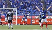 横浜M―神戸 後半、チーム2点目のゴールを決め、駆けだす横浜M・天野(中央)=日産スタジアム