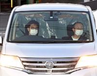 容疑者を乗せて上田署に入る車両=9日午後6時27分