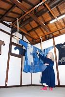 しっくいで壁を仕上げたギャラリー「屯」に作品を並べた小林さん