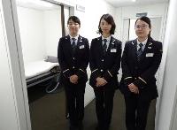 約20年ぶりの女性駅員として東京メトロ銀座駅に配属された網重志保さん(左)ら3人。女性用宿直室が整備され実現した=4月