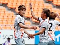 AC長野―アルティスタ浅間 後半16分、決勝点となるゴールを決め仲間の祝福を受けるAC長野・山本(左)