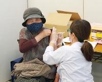 新型コロナウイルスワクチンの接種を受ける高齢者=10日午前、山口県周南市