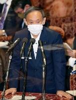 衆院予算委で答弁する菅首相=10日午前