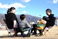 つかの間の休日、公園でくつろぐ盛田さん一家。子どもの成長が何よりの楽しみだ=松本市