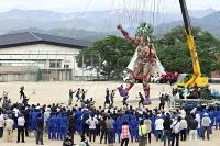 壮行会で通し稽古を披露する巨大人形「モッコ」=10日、高森町