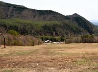 爺ガ岳スキー場のゲレンデ。左のリフト脇に埋設されている人工降雪用配管を小水力発電に活用しようと構想している=4日、大町市
