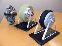 シナノケンシが量産に乗り出すインホイールモーター。小型ロボット(左)に搭載したノウハウを応用する