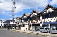 「つるとんたん」の開店に向け、改装工事が始まった建物(正面)。左奥は旧軽井沢銀座通り=11日、軽井沢町