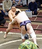 御嶽海(奥)が寄り切りで照ノ富士に敗れる=両国国技館