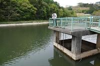 田に水を供給している松本市岡田伊深のため池「六助池」=12日