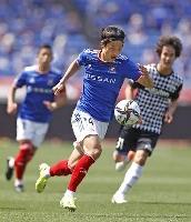 J1 横浜M―神戸 前半、攻め込む横浜M・天野=日産スタジアム