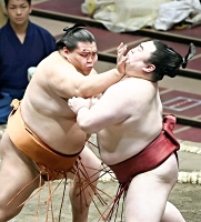隆の勝を攻める御嶽海(左)。押し出しで破る