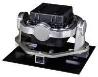 搬送物の振動や揺れを軽減する無揺動防振装置。(中央の黒い箱は搬送物を入れる収納ケース)