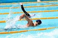 日差しが照り付けるプールで泳ぎ初めをする天龍中の生徒たち=14日午後1時33分、天龍村