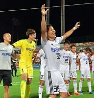 18年7月25日の大宮戦で2ゴールを決め、試合後にサポーターに手を振る永井選手(中央)